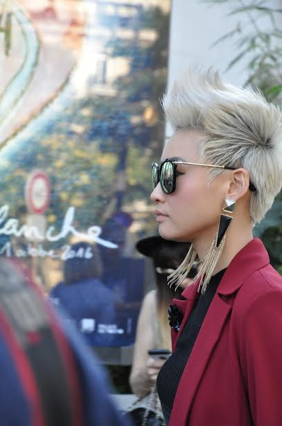 statement-earrings-blond-hair